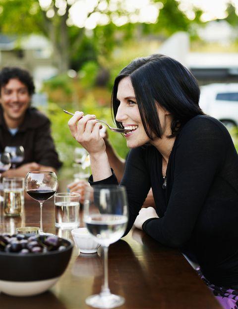 <p>¿Alguna vez has escuchado a tu abuela decir que las infecciones de la boca se curan con vino? Pues no va desencaminada, ya que<strong> según los estudios de investigadores italianos algunos compuestos presentes en esta bebida frenan el crecimiento buca</strong>l de los estreptococos y bacterias vinculadas a las caries, además del de otros asociados a la gingivitis y dolores de garganta.</p><p>&nbsp;</p>