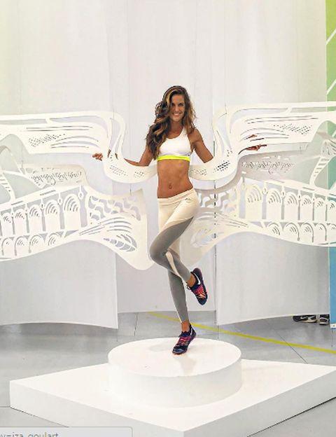 """<p>La modelo brasileña tiene el cuerpo con el que cualquier mujer sueña. Y sí, <strong>la naturaleza ha sido muy generosa con ella, pero la top lo mantiene con el sudor de su frente</strong>, ya que es una de las tops más deportistas. Iza para muchas horas en el gym para poder lucir cuerpazo en pasarelas como la de Victoria's Secret.</p><p><strong>Su rutina fit</strong>. Combina disciplinas tan diferentes como el boxeo, el running, el <strong>tenis, el pilates y yoga con una rutina de fuerza</strong> en el gym, lo que hace que su cuerpo nunca se acostumbre al ejercicio y cada músculo de su cuerpo trabaje. Además, <strong>no hay técnica, aparato o entrenamiento que no pruebe</strong>: desde pesas a TRX o fitballs y baloncesto, es una verdadera atleta. Y, por supuesto, cuida al máximo su alimentación.</p><p><strong>Su mayor secreto.</strong> La constancia, ya que la modelo no se salta su entrenamiento ni en domingo y se levanta muy pronto para correr por la playa.</p><p><strong>Un truco.</strong> Saltar a la cuerda durante las vacaciones. Una forma rápida y fácil de hacer cardio y tonificar las piernas en sólo unos minutos. <strong>Y hacer yoga en cualquier sitio</strong>, ¡hasta en el avión!</p><p><strong>Nos encanta.</strong> Todo, su cuerpo es absolutamente perfecto. Si hay que ser quisquillosas, tal vez esté demasiado delgada, pero es por poner un """"pero"""". <i>@iza_goulart</i></p><p></p>"""
