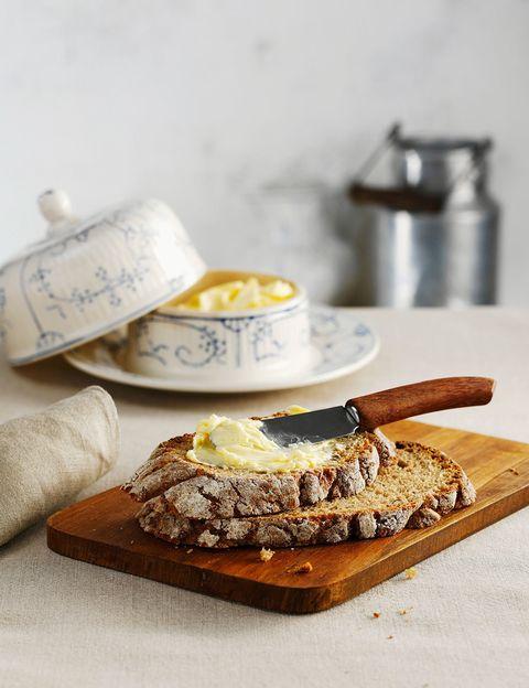 <p>La mantequilla está mal vista, pero con moderación es una fuente de grasa saludable.</p>