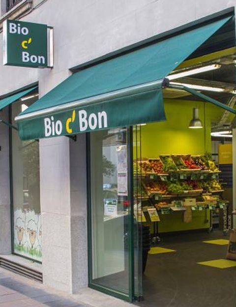"""<p>&nbsp&#x3B;Es uno de los sitios preferidos de Paola Sáez de Montagut, jefa de belleza de Elle. """"<strong><a href=""""http://www.bio-c-bon.eu/es/nos_magasins/bio-c-bon-madrid-lagasca"""" target=""""_blank"""">Bio C'Bon</a> (Lagasca, 65. Madrid) tiene absolutamente de todo y te asesoran muchísimo</strong> a la hora de comprar y probar cosas nuevas"""". La única """"pega"""" para Paola """"es que es un poco caro"""". La fruta y la verdura le gusta comprarla en fruterías de toda la vida. """"He descubierto una al lado de la oficina que es estupenda, se llama Aliyan y <strong>puedes hacer el pedido por teléfono y te lo llevan a casa ¡vivas donde vivas!</strong> Desde que compro la fruta y la verdura aquí, la cuenta para esta partida ha bajado un 30% y cuando tienes niños pequeños y hay que hacer puré y papillas de frutas a diario se nota una barbaridad"""". <strong>Nuestra jefa de belleza también es una habitual de los herbolarios, """"porque descubro cosas nuevas</strong> para incorporar a nuestras comidas, además, me fío más de los productos tipo quinoa, bulgur, cuscús de aquí que de los que hay en los supermercados"""", dice. """"Al lado de mi casa hay uno estupendo con una gran variedad, <a href=""""http://www.el-vergel.com/"""" target=""""_blank"""">El Vergel</a> (López de Hoyos, 72)"""". """"<strong>Otra de mis suertes es que en Badajoz tenemos una pequeña huerta.</strong> Mis padres van todos los fines de semana y los domingos hacen reparto de mercancía. Además, siempre nos traen una docena de huevos, que me parece fundamental que no hayan salido de una fábrica"""", nos cuenta. Por último la carne suelen tomarla de caza, """"ya que mi marido es bastante aficionado"""". """"<strong>Cuando caza algo lo lleva al veterinario, se lo trae a casa, lo prepara y envasamos la carne al vacío</strong> para congelarla. ¡El sabor es una maravilla y te aseguras que todo lo que han comido esos animales es 100% natural!"""".&nbsp&#x3B;</p><p>&nbsp&#x3B;</p>"""