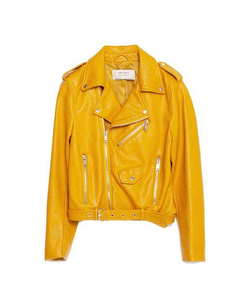 <p>Te presentamos a la prenda estrella. Sí, ésta es la biker de Zara amarilla que llena de color la red. Cuesta 39,90 €.</p>