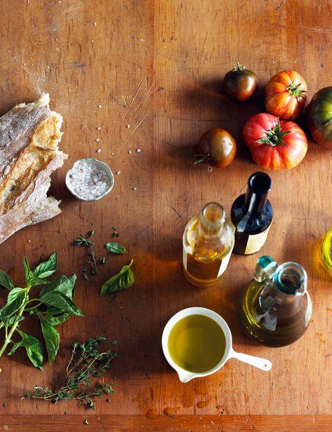 <p>En general, hay que tener un menú equilibrado y seguir la dieta mediterránea: optar por alimentos naturales, de temporada y consumir alimentos crudos a diario como frutas, hortalizas o verduras; &nbsp;preferiblemente crudas o rehogadas, a la plancha o al horno.&nbsp;</p><p>&nbsp;</p>