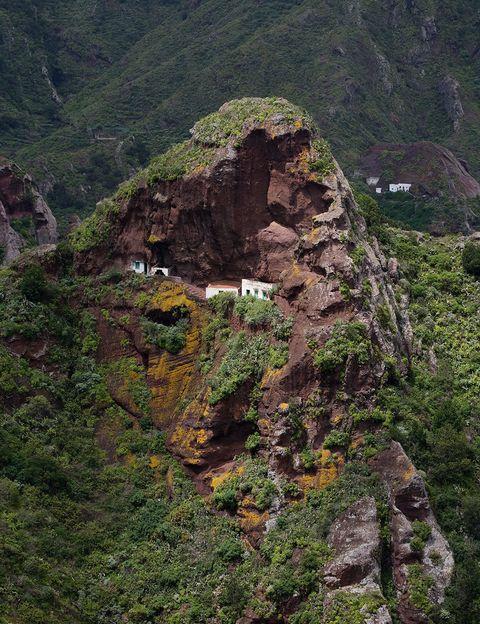 """<p><strong>Anaga (Tenerife). <a href=""""http://www.todotenerife.es"""" target=""""_blank"""">www.todotenerife.es</a>.</strong></p><p>No es una frase hecha: si te dicen que vas a disfrutar de este camino con los cinco sentidos, créetelo y dájate llevar por el tacto de las hojas de laurisilva o por el aroma de los naranjos silvestres. Estás en el Sendero de los Sentidos, la ruta más sensual del Parque Rural de Anaga, un antiguo camino real que unía esta misma localidad con La Laguna, en el noroeste de la isla tenerifeña.</p>"""