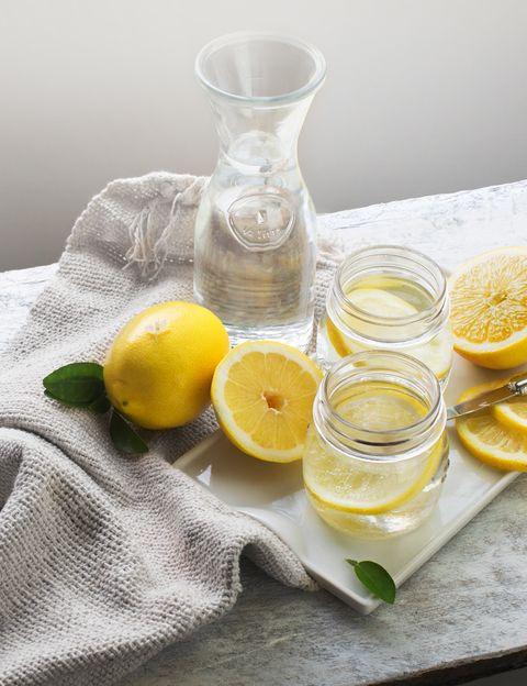 """<p>Nada más levantarte, y <strong>antes de ingerir cualquier otro alimento o líquido, toma agua tibia</strong> -que es la temperatura a la que están los jugos de tu estómago- y, si es posible, filtrada. Y si te va bien, prueba a añadir <strong>limón ecológico recién exprimido y una vaina de cayena</strong>, como recomienda Vani Hari, la creadora del movimiento Food Babe. Aunque se trate de una fruta ácida, esta bebida produce en tu estómago un saludable &nbsp;efecto alcalino. <strong>Psst. ¿Tienes la tensión baja como nos contaba Inés Sastre</strong> en Elle? Entonces bebe sólo agua tibia. Como explica la nutricionista <a href=""""http://www.silviariolobos.com/"""" target=""""_blank"""">Silvia Riolobos</a>, """"la costumbre detox de tomar agua con limón en ayunas es muy buena pero hay que hacer períodos de descanso, ya que lo tomamos durante mucho tiempo, <strong>el limón puede provocarnos una pequeña desmineralización</strong>"""".</p><p>&nbsp;</p>"""