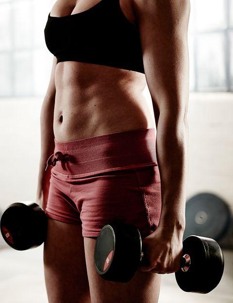 <p>¿No dispones de mucho más tiempo para hacer ejercicio? Tranquila, <strong>según los científicos, media hora de ejercicio diario es más eficaz para perder peso</strong> que entrenar durante una hora. Un nuevo estudio publicado en <i>Scandinavian Journal of Public Health</i> ha descubierto que las personas que hacían 30 minutos de ejercicio diario perdieron un tercio más de grasa que los que entrenaban durante más tiempo. Un de las razones es que <strong>las sesiones cortas de ejercicio son mucho más motivantes</strong>, lo que hace entrenes con más energía. Según la doctora Astrid Jespersen, una de las investigadoras, las sesiones largas de ejercicio hacen que la gente abandone, mientras que plantearse simplemente 30 minutos de ejercicio puede hacer que consigamos llevar un estilo de vida más saludable. <strong>Incluso menos. Pero si ni siquiera dispones de media hora</strong>, hacer entrenos más cortos también te resultará beneficioso, según otro estudio de la Norwegian University of Science and Technology, <strong>solamente 12 minutos de ejercicio intenso a la semana</strong> mejorarán tu capacidad cardiorrespiratoria y reducen tu presión sanguínea.&nbsp;</p><p>&nbsp;</p>