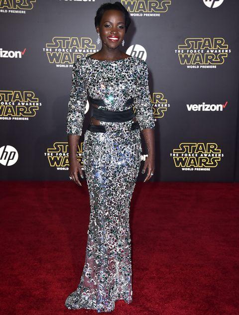 <p>La premiere en Los Angeles de 'Star Wars: El despertar de la Fuerza' era un acontecimiento importante y <strong>Lupita Nyong'o</strong> necesitaba un look que la hiciera brillar. Lo consiguió con este vestido joya de <strong>Alexandre Vauthier Couture</strong>. Remato el estilismo con joyas de <strong>Chopard</strong>.</p>