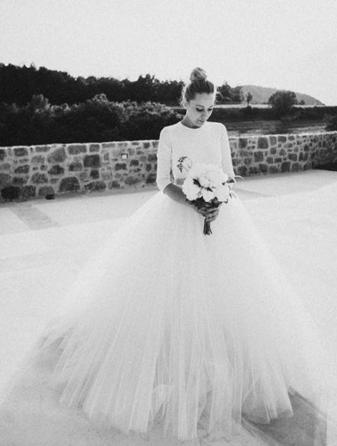 <p>Una especacular boda en el Pirineo catalán, Priscila eligió a <strong>Rosa Clará</strong> para el diseño de su vestido de novia. De manga larga y voluminosa falda de tul.</p>
