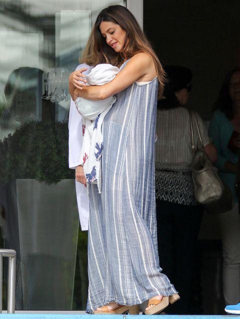 <p>Para la salida del hospital tras el nacimiento de Lucas,<strong> Sara Carbonero</strong> eligió un vestido largo de rayas, muy cómodo y veraniego.</p>