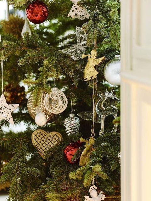 <p>En lo nuevo de Zara Home se rescata el espíritu navideño más clásico y puro para vestir el árbol en rojo, blanco y dorado. Las piñas de tu infancia entran en escena junto a ángeles, corazones, estrellas, renos y las clásicas bolas, decoradas con lentejuelas.</p>