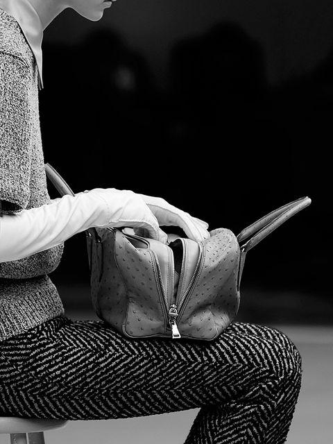 <p>Salió acompañando las propuestas de prêt-à-porter de Prada para este otoño y se ha convertido en todo un hit de temporada. El Prada Inside Bag ya es el nuevo objeto de deseo de toda 'it girl'. Y es que este bolso de doble asa que sigue la filosofía del doble bolso es el perfecto complemento para el día a día.</p><p></p>