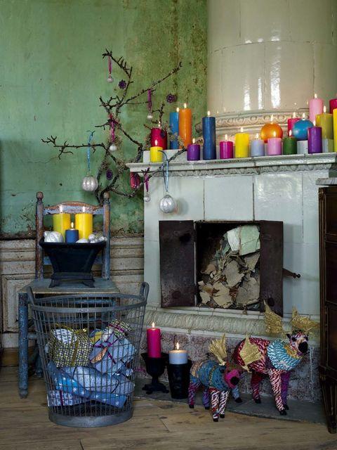 <p>En esta propuesta el árbol de Navidad ha dejado paso a una sencilla y austera rama desnuda. La escena se completa con el color: adornos clásicos colgantes y velas, muchas velas, para añadir calidez.</p><p>&nbsp;</p>