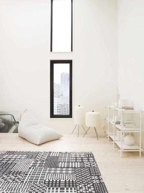 <p>La novedad, según los interioristas, consiste en mezclar distintos tonos de blancos. Así, puedes colocar un manchado en las paredes, puro en muebles, jaspeado en el suelo, blanco roto en los textiles...</p>