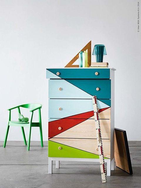<p>Este modelo es similar al diseño Rast, pero con más cajones. Una pieza perfecta para decorar con pintura en diseños geométricos. También es una idea de Ikea. Añadir patas y dejar los pomos sin tocar, otros de los detalles de la idea.</p>