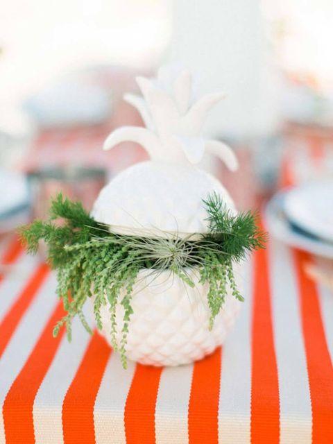 """<p>Importante no olvidarse de los toques de naturaleza. """"El verde verdaderamente anima cualquier mesa, así que considere la creación de centros de mesa con plantas que tenga en su jardín, y si tienes pétalos caídos no dudes en ponerlos en un recipiente de cristal bonito"""", dice Abby Larson, fundadora de Style Me Pretty.</p>"""