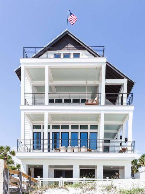 <p>Una fachada asimétrica y bicolor rodeada por terrazas espaciosas y conquistada por la bandera americana. En primera línea de playa y con 4 plantas de altura, esta casa construída en arenas floridenses disfruta de unas vistas idíicas al Golfo de México.</p>