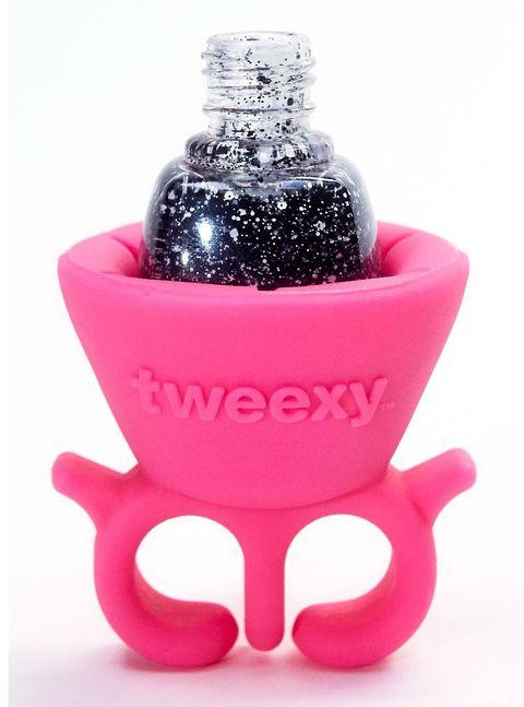 <p>Se llama <strong>Tweexy </strong>y es un invento de lo más útil: ¿nunca sabes dónde poner la laca de uñas mientras te haces la manicura? Pues tenla a mano sobre un anillo de goma. Problema solucionado.&nbsp;</p>