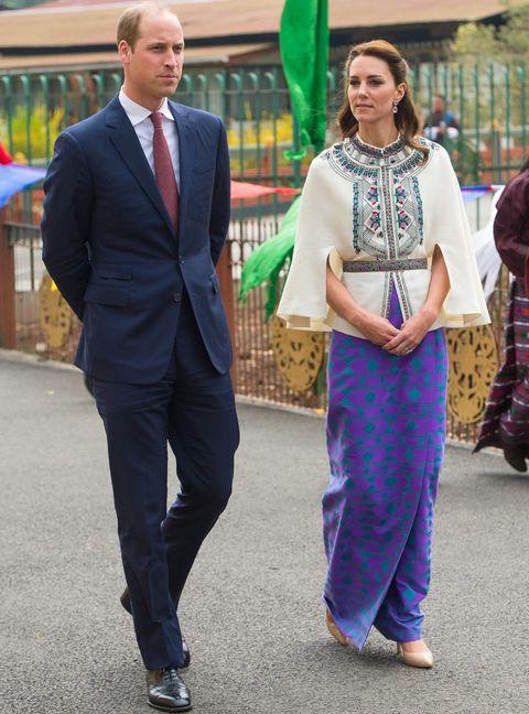 <p>Kate continúa haciendo guiños al país que visita con este estilismo con top capa bordado más falda en morado y turquesa. El look lo firma <strong>Paul and Joe</strong>.</p>