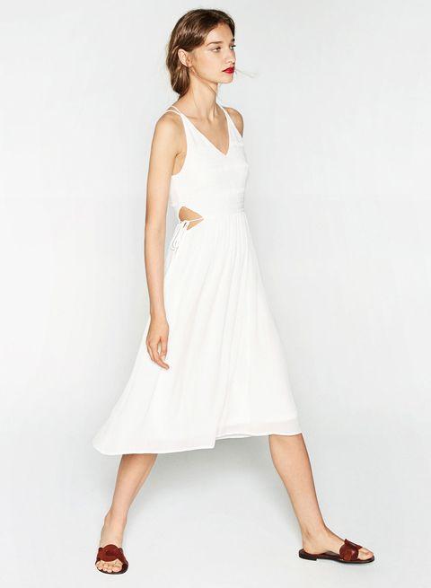 <p>Una novia atrevida para una boda poco seria llevaría este diseño con aberturas. Cuesta 39,95 €.</p>