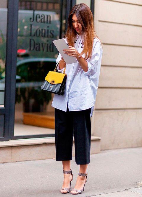 <p>Una de las posibilidades que ofrecen los culottes es esta, con camisa, pero eso sí, con tacón.</p>