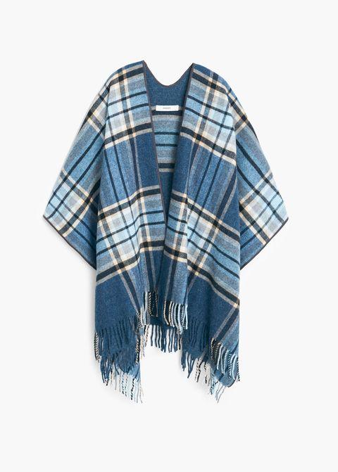 <p>Poncho de lana con cuadros en tartán, de <strong>Mango&nbsp;</strong>(40 €).&nbsp;</p><p><strong>[TIP]</strong> Cíñelo con un cinturón fino.</p>