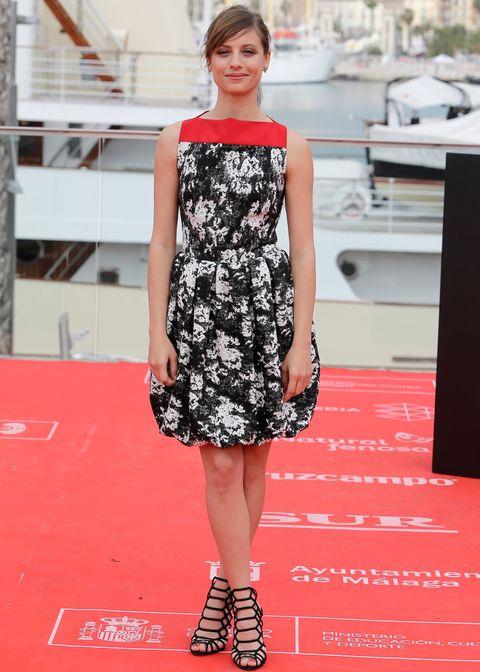 <p>Un vestido estampado en blanco y negro con un toque de rojo siempre es un acierto. <strong>Michelle Jenner</strong> nos lo demuestra con este vestido globo combinado con un par de espectaculares sandalias negras de <strong>Steve Madden</strong>.</p>