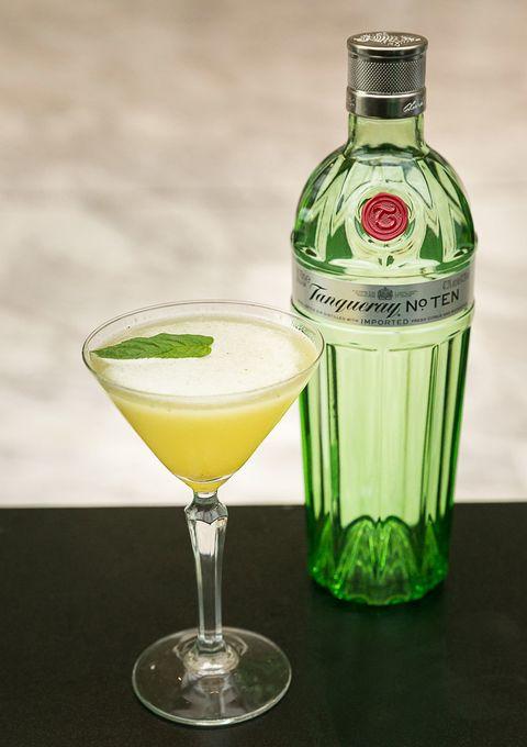 <p>45 ml Tanqueray Nº Ten</p><p>30 ml zumo de piña</p><p>10 ml zumo de limón</p><p>10 ml sirope de azúcar</p><p>1 cucharada de mermelada de mandarina</p><p>4 hojas de menta</p><p>Meter todos los ingredientes en un coctelera, agitar, colar, aromatizar con el twist de lima y decorar con hojas de menta.</p>