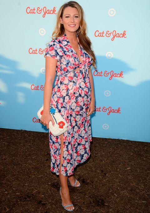 <p>La actriz se apunta al estampado floral con este vestido midi en azul, blanco y rosa de <strong>Lindsey Thornburg</strong>. Añade al look un bolso de crochet y unas sandalias azules.</p>