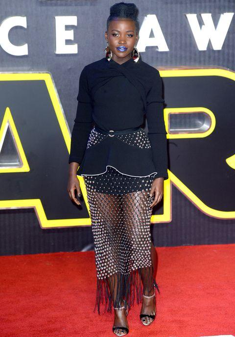 <p>En el estreno de 'Star Wars: El despertar de la Fuerza' en Londres arrisgó con este vestido con cuerpo peplum y falda de rejilla metálica con flecos de<strong> Proenza Schouler Primavera 2016</strong>, sandalias al tobillo y unos pendientes XL. Imposible no fijarse en sus labios azules.</p><p>&nbsp&#x3B;</p>