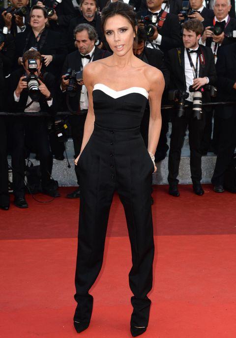 <p>En esta edición<strong>Victoria Beckham</strong>acudía por primera vez a Cannes, y no pudo hacerlo peor. La diseñadora lució un dos piezas en blanco y negro con cuerpo bustier y pantalones de su propia firma. Lo combinó con dos brazaletes de <strong>Chopard</strong>.</p>