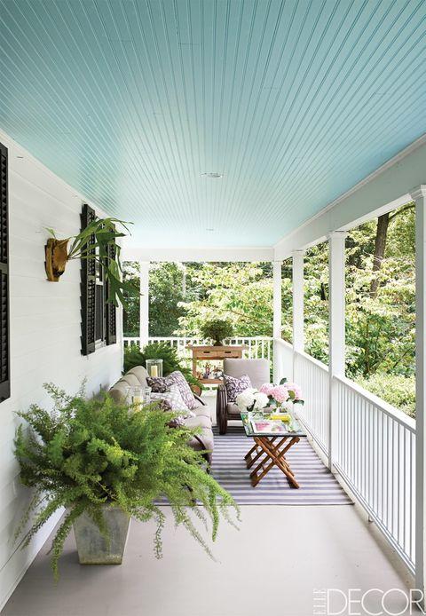 El tono Glacier Blue, de Benjamin Moore, ha sido el elegido para dar vida al techo de este porche de Connecticut, propiedad del diseñador Philip Gorrivan. Alfombra, de Dash & Albert.