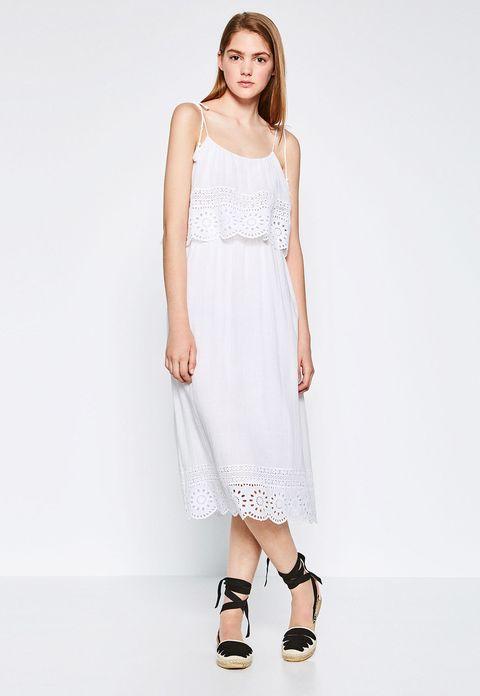 <p>Este vestido midi blanco, troquelado y con volante puede ser una opción perfecta para una boda informal . Cuesta 39,95 €.</p>