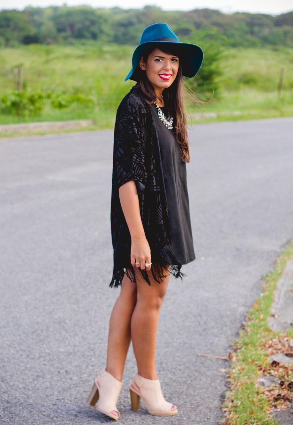 Vestido negro casual con botas