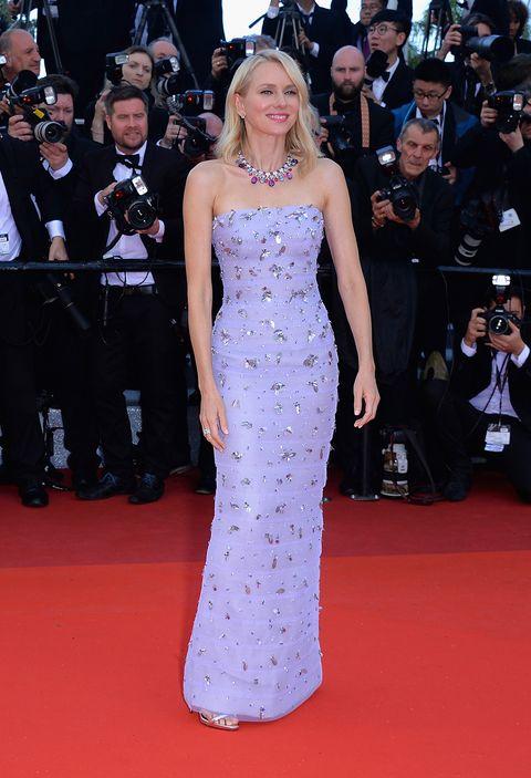 <p><strong>Naomi Watts</strong>&nbsp;fue la más elegante de la primera alfombra roja del Festival de Cannes con este vestido palabra de honor en color lila&nbsp;con detalles joya de&nbsp;<strong>Armani Privé</strong>. Su collar con piedras de colores que firmaba <strong>Bulgari</strong>&nbsp;fue todo un acierto.</p>