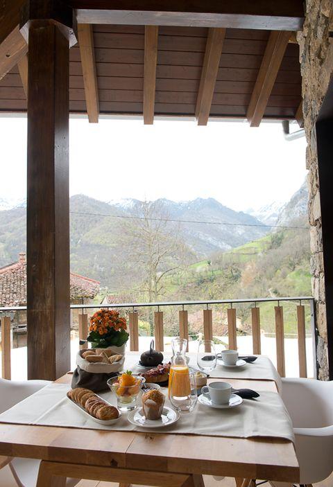 """<p>Pasar San Valentín a solas con tu pareja es lo ideal. Pasarlo en Asturias es ya un planazo, pero si lo haces en un hotel 'boutique' con vistas a la magnífica montaña asturiana, suena de rechupete. Espera, porque ahí no queda la propuesta: el idílico establecimiento <a href=""""http://www.tierradelagua.es/"""" target=""""_blank""""><strong>Tierra del Agua</strong></a> ha ideado una escapada perfecta para este finde: Pure &amp; Balance. Se inspira en la técnica ancestral del Shirodhara, un tratamiento que aplica aceite templado en la frente para relajar el cuerpo y estimular el 'ajna chakra', el tercer ojo, y persigue que los dos os relajéis, os divirtáis y hagáis algo de deporte. El pack incluye desayuno en suite con desayuno ayurvédico, circuito relax SPA, comida o cena, clase de yoga personalizada, y sesión de Shirodhara y Abhayanga, uno de los masajes ancestrales ayurvédicos. Desde 330 euros por persona.</p>"""