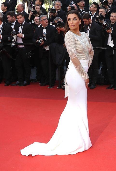 <p><strong>Pamella Rolland</strong> fue la firma que escogió la actriz <strong>Eva</strong> <strong>Longoria</strong> para deslumbrar en la alfombra roja de Cannes 2016. El vestido que llevó era blanco con un top semitransparente con bordados.</p>