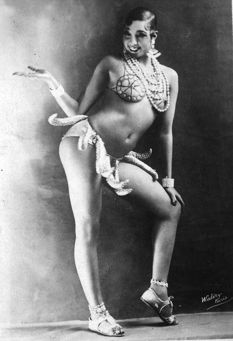 """<p>Con este 'look' transgredió a la sociedad parisina de entonces la bailarina y activista por los derechos civiles Josephine Baker. Bailó de esta guisa, con los plátanos colgando, y sus críticos la llamaron vulgar y ridícula. Sin embargo, el escritor Ernest Hemingway la recordó siempre como """"la mujer más sensacional que nadie ha visto, ni verá, jamás"""".</p>"""
