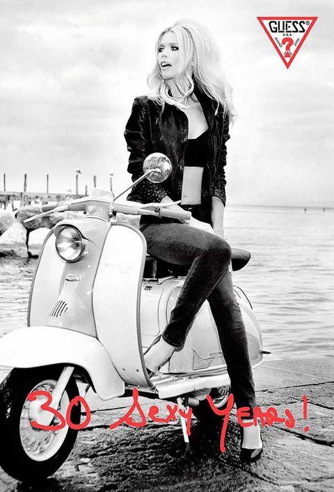 <p>Luego llega esta campaña de <strong>Claudia Schiffer</strong> para <strong>Guess Jeans</strong> en 1989 y nos recuerda que, sí, el denim puede ser sexy (aunque Brit y Justin se nos cayera el mundo encima).&nbsp&#x3B;</p>