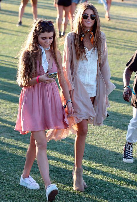 <p><strong>Kaia Gerber</strong>, hija de Cindy Crawford tampoco quiso faltar al festival. Mono blanco muy corto, kimono rosa palo muy caporoso, pañuelo al cuello y botines fueron la clave de su acertado look.</p>