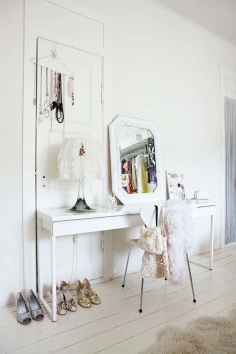 <p>No hace faltan grandes armarios teniendo un espacio tan inspirador como éste. ¿La clave? Ganchos de pared para colgar percheras de accesorios o prendas y una cómoda estrecha en la que poder instalar un coqueto tocador. </p>