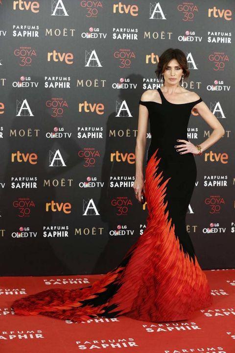 <p><strong>Nieves Álvarez&nbsp;</strong>es la nueva chica en llamas de la alfombra roja. Tiembla, Katnis Everdeen.&nbsp;</p><p>&nbsp;</p>