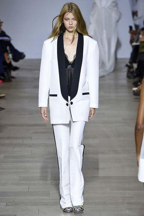 <p>En&nbsp;<strong>Antonio Berardi&nbsp;</strong>vimos como la blazer masculina vestía de forma magistral un look sastre en blanco con top lencero debajo.</p>