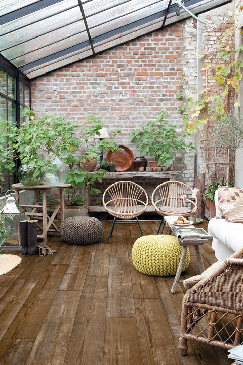 <p>La vuelta a los orígenes, con materiales como el ratán, las maderas (en especial las tropicales), el corcho, el lino o el bambú es la esencia de esta tendencia. El carácter natural que imprimen estos elementos se refleja también en el suelo. En este caso, se trata del mod. vinílico <i>Livyn Pino Puesta de Sol PUCL40075,</i> de Quick-Step.</p><p> <strong>LA FÓRMULA PERFECTA</strong><br />  • <strong>Plantas.</strong> Se imponen las especies trepadoras, como la hiedra.<br />  • <strong>Pared de ladrillo visto.</strong> Aporta un atractivo toque rústico.<br />•<strong> Look invernadero.</strong> Montar el porche en un espacio con techo abuhardillado y acristalado es lo más.</p>