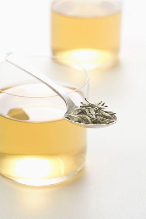 <p>El <strong>té blanco</strong> es la variedad menos oxidada del té. Para elaborarlo se utilizan yemas y hojas jóvenes de la planta, que son secadas al sol para evitar que se produzca una fermentación. Se trata de un té <strong>bajo en teína y alto en catequinas</strong>, un tipo de antioxidante con propiedades antiinflamatorias y una posible acción protectora del sistema cardiovascular. Según algunos estudios, el té blanco tiene además <strong>propiedades antibacterianas</strong>, lo que le convertiría en un buen aliado para evitar ciertos tipos de enfermedad y problemas como la placa dental.</p>