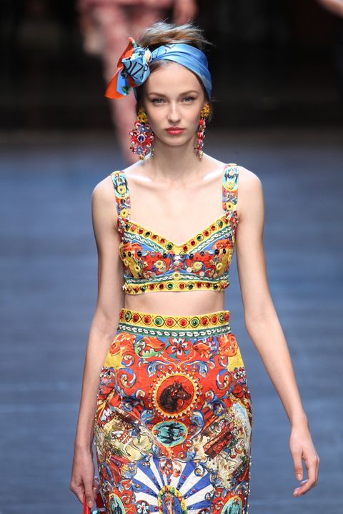<p>Y es que es un look que pide verano a gritos: para conseguirlo, dobla en diagonal un pañuelo de seda cuadrado y hazle un lazo.</p>