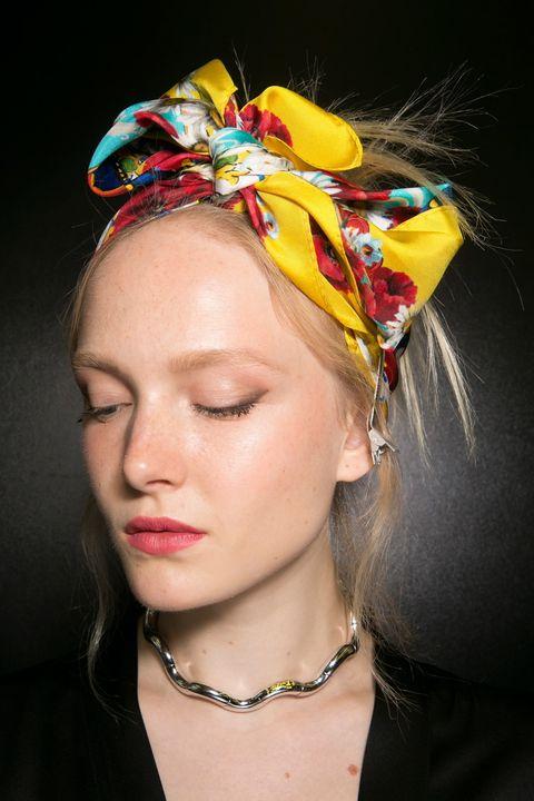 <p>Otra opción: haz un moño alto y coloca el lazo del pañuelo en la parte más alta de la cabeza.</p>