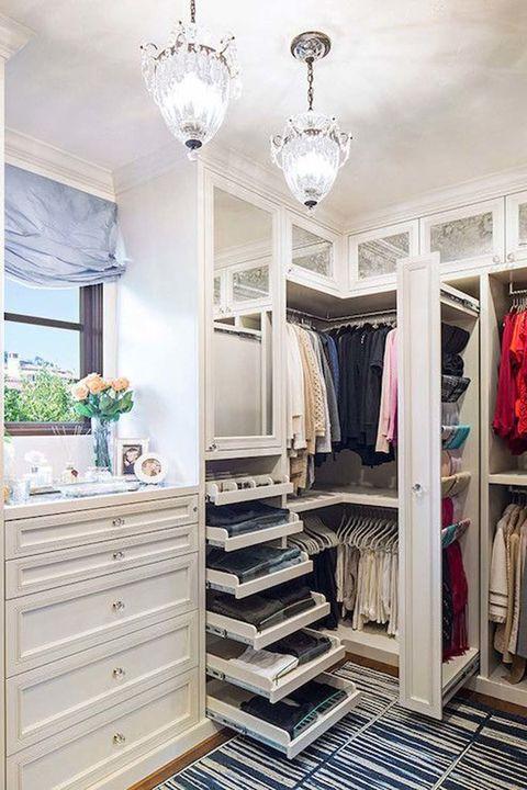 <p>Toda una habitación repleta de espacio para organizar todo tipo de prendas y accesorios. Un lugar para soñar, sin ninguna duda. </p><p>&nbsp&#x3B;</p>