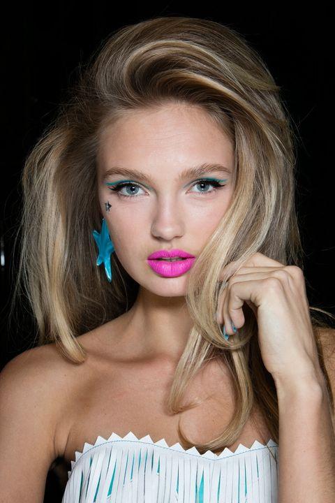 <p>Impresionante el contraste del look de belleza de<strong> Jeremy Scott</strong> otoño-invierno 2016: mirada con un trazo azul y labios en rosa fucsia, todo coronado con una estrella metálica sobre la mejilla.</p>