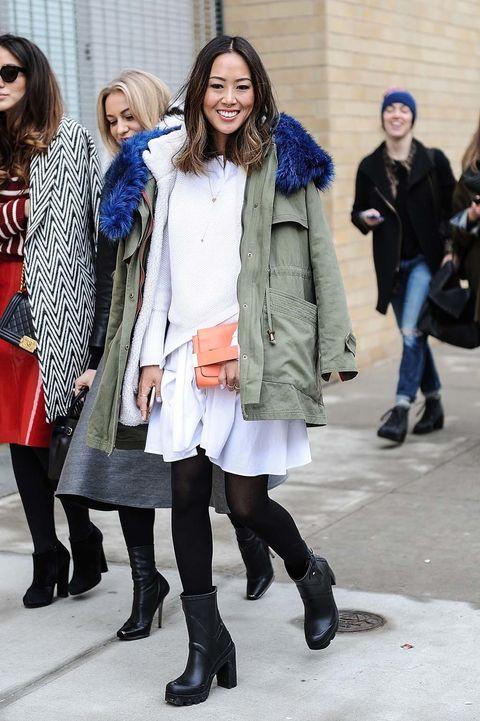 <p>Tampoco la protagonista de Aimee Song, que las luce con vestido blanco, botines todoterreno y parka.</p>