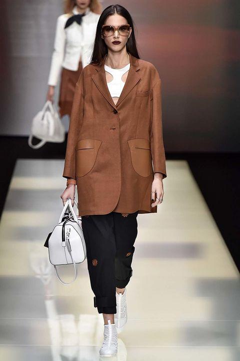 <p>Desde&nbsp;<strong>Emporio Armani&nbsp;</strong>proponen una chaqueta oversize de estilo masculino sobre un top micro deportivo.</p>