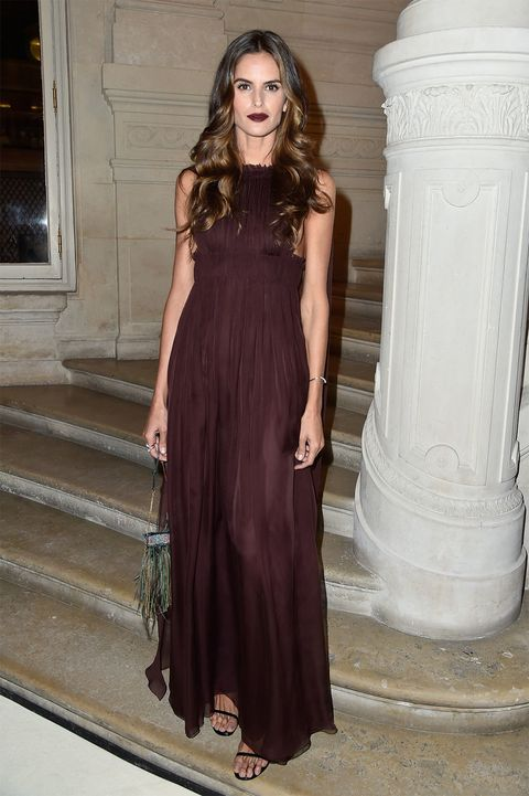 <p>&nbsp;La <i>top</i> brasileña <strong>Izabel Goulart</strong> escogió un increíble vestido largo de color vino, que combinó con un divertido bolso de plumas y flecos.</p>